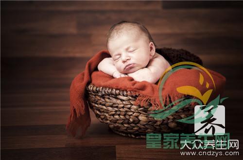 刚出生的婴儿眼皮上有红斑